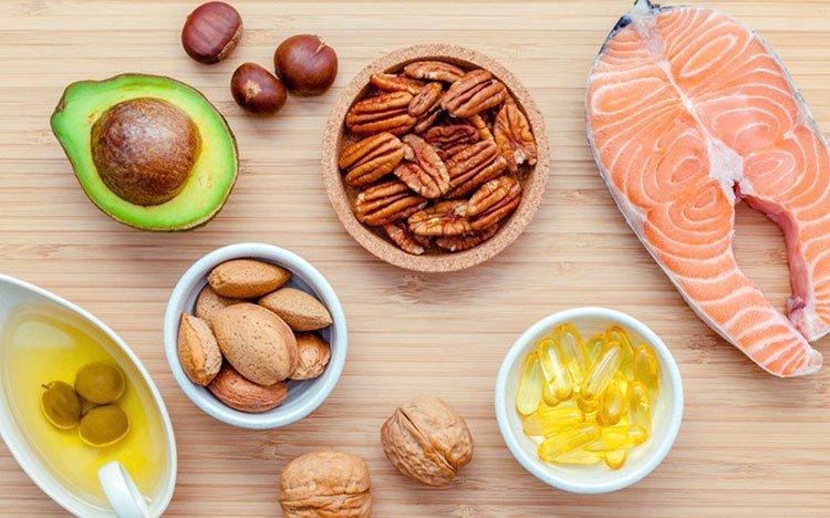 các thực phẩm chứa chất béo lành mạnh như cá, thịt, rau củ, các loại đậu, dầu cải, dầu lạc, dầu vừng, bơ đậu phộng