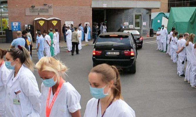 Nhân viên y tế Bỉ đồng loạt quay lưng khi Thủ tướng tới thăm