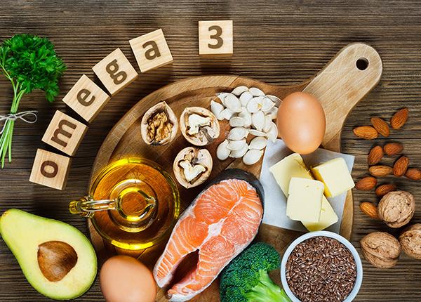 Axit béo omega-3 có trong những loại hải sản: cá thu, cá mòi, cá hồi... hay trong hạt óc chó, hạt lanh...