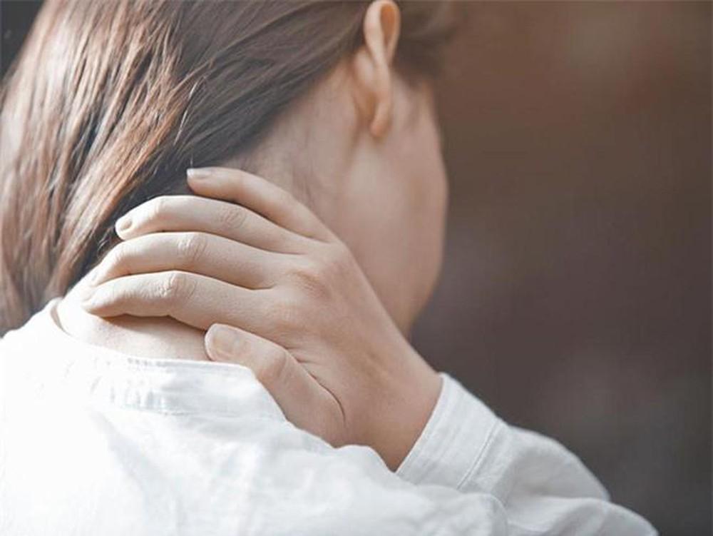 Ngồi bắt chéo chân cũng có nguy cơ gây đau cổ