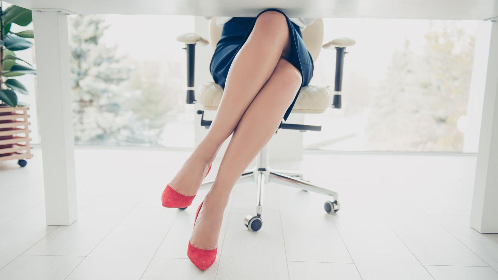 Ngồi bắt chéo chân là thói quen phổ biến của nhiều người