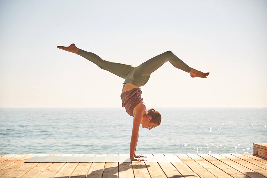 Duy trì chế độ tập thể dục thường xuyên như yoga để ngăn ngừa bệnh thoát vị đĩa đệm