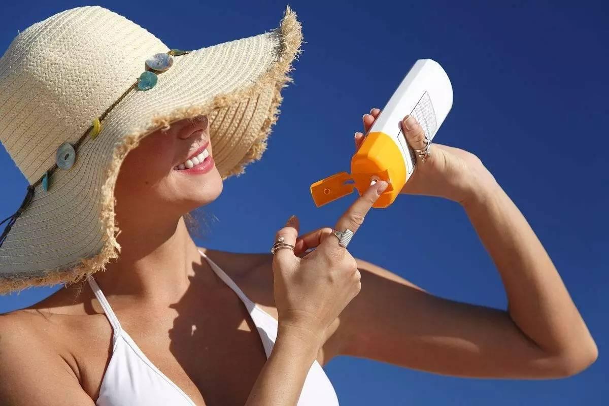 Bôi kem chống nắng và che chắn cẩn thận khi ra nắng