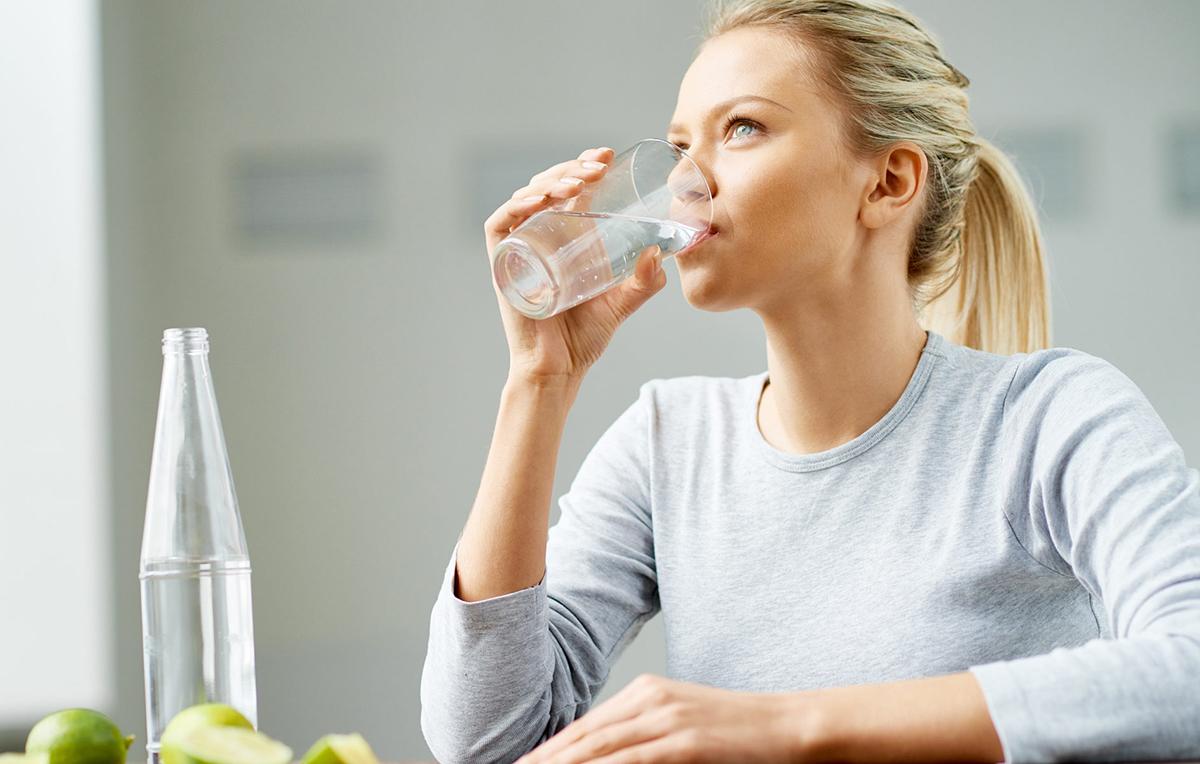 Nên uống đủ nước, uống kể cả khi không khát nước