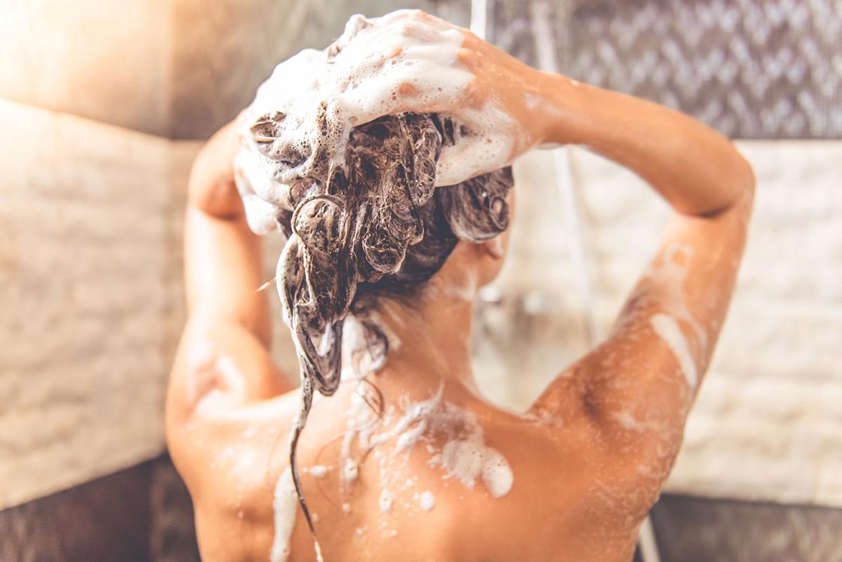 Không tắm ngay khi vừa đi ngoài nắng về để tránh bị đột quỵ