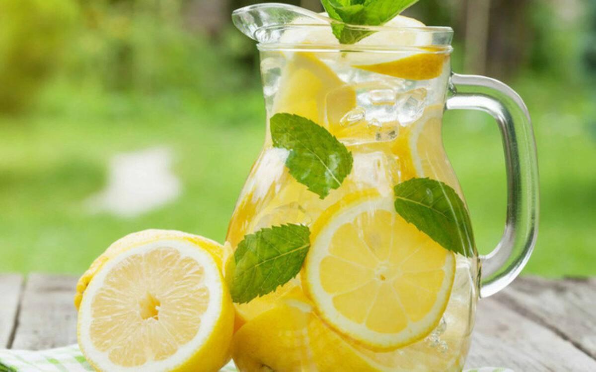 Chúng ta có thể uống nước chanh vào buổi sáng hoặc tối để tốt cho sức khỏe