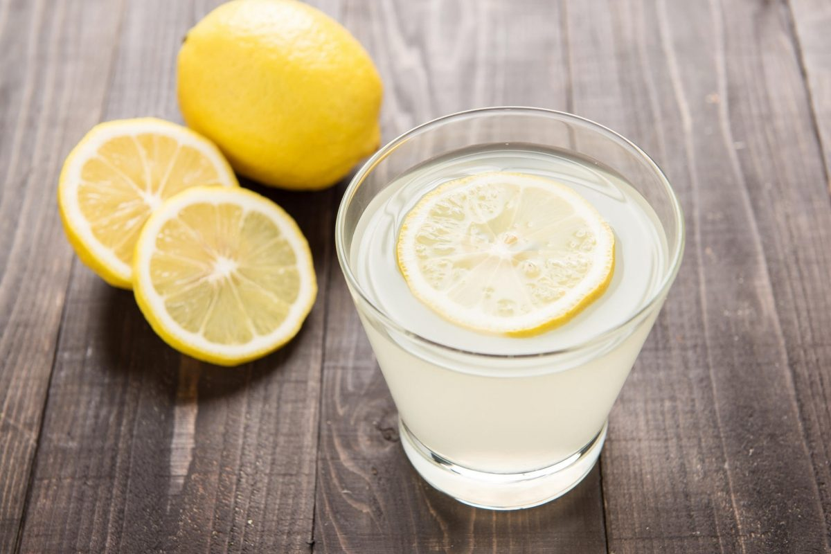 Một ly nước chanh ấm vào mỗi sáng là thói quen tốt để bắt đầu một ngày mới
