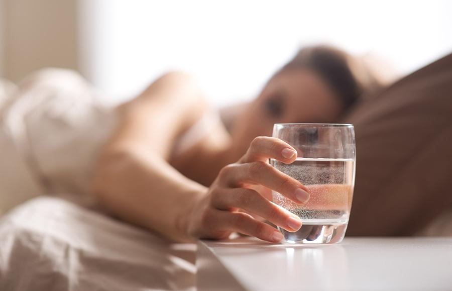 Uống nước sau khi mới thức dậy giúp bù nước sau một đêm dài