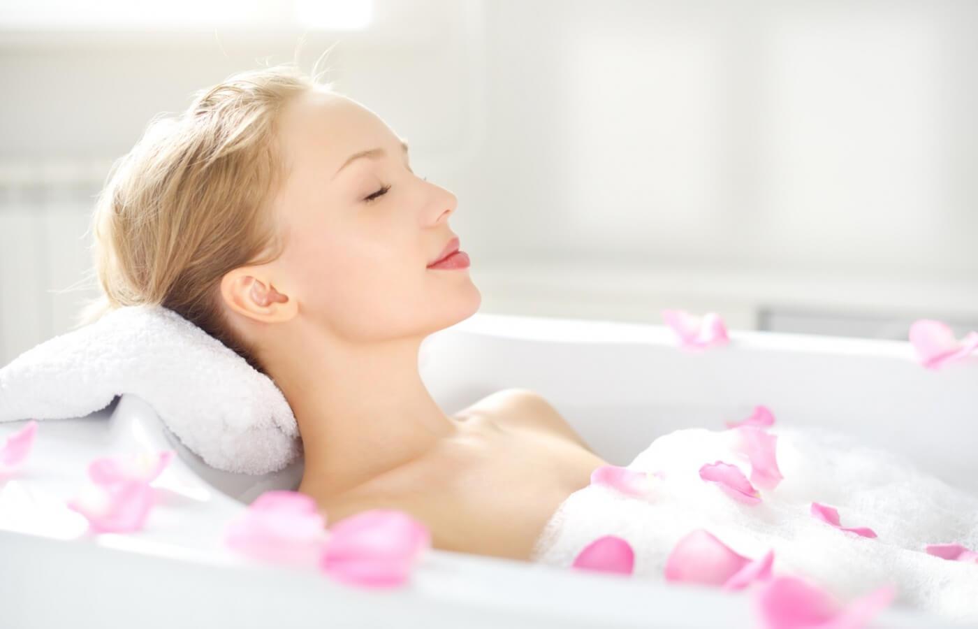 Tắm quá lâu, tắm nước quá nóng là thói quen không tốt cho da
