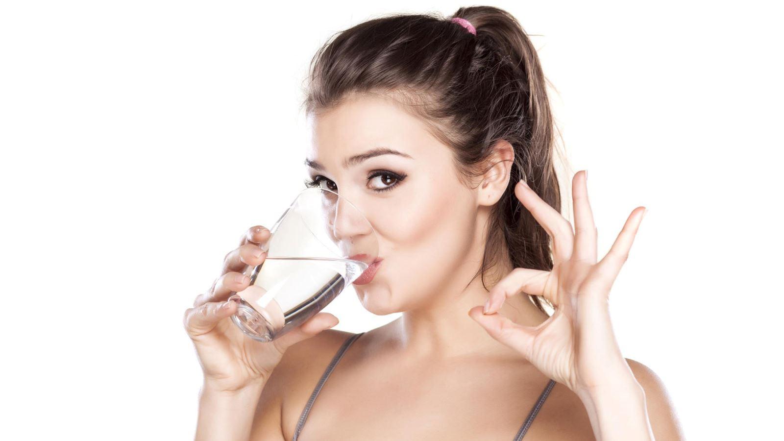 Không uống đủ nước mỗi ngày khiến da bị khô, thiếu độ đàn hồi