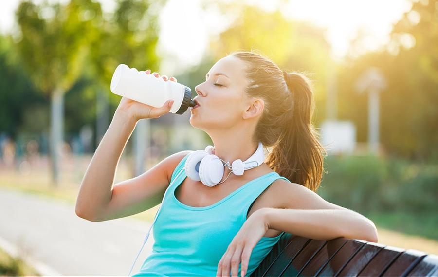 Uống nước sau khi vận động để bù nước và giảm mệt mỏi do vận động