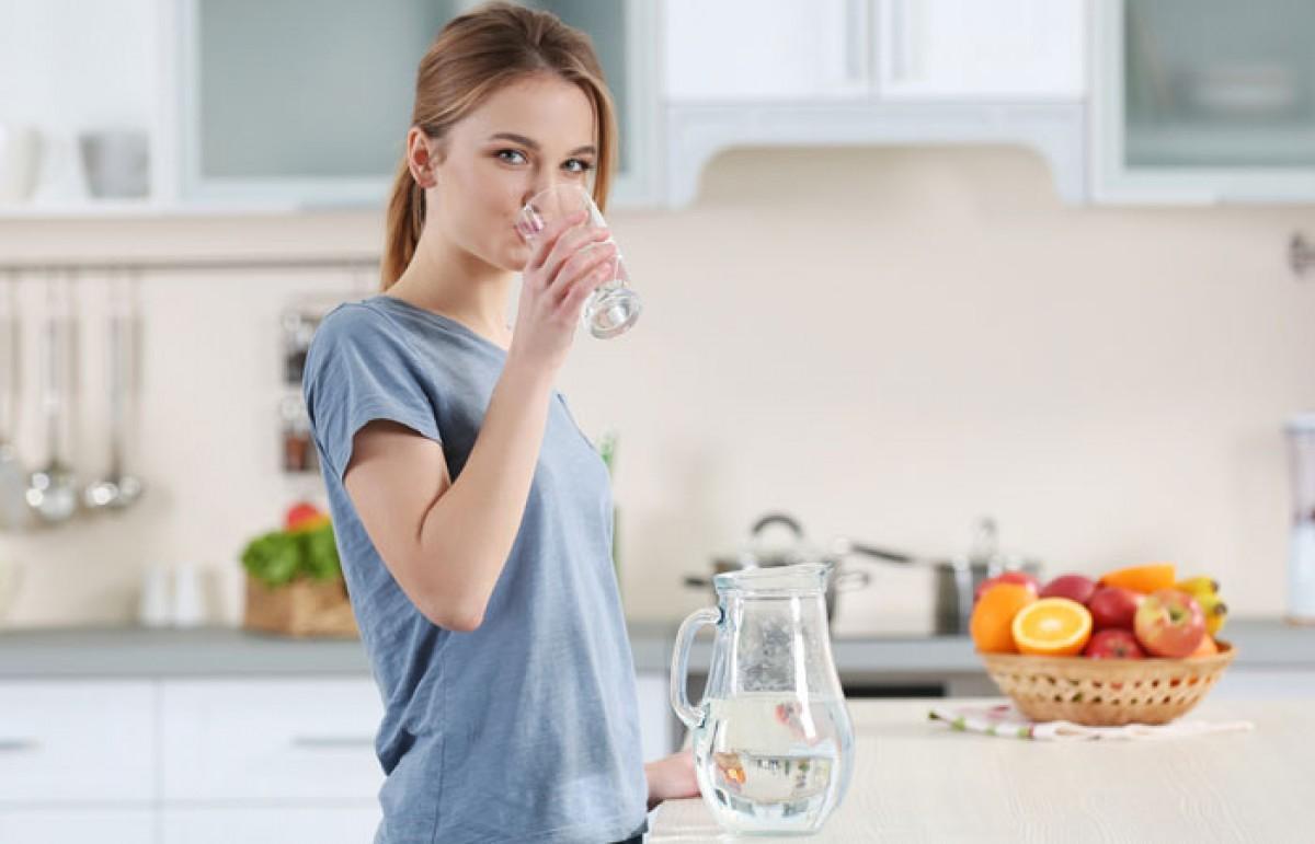 Uống một ly nước trước bữa tối là bí quyết để có sức khỏe tốt